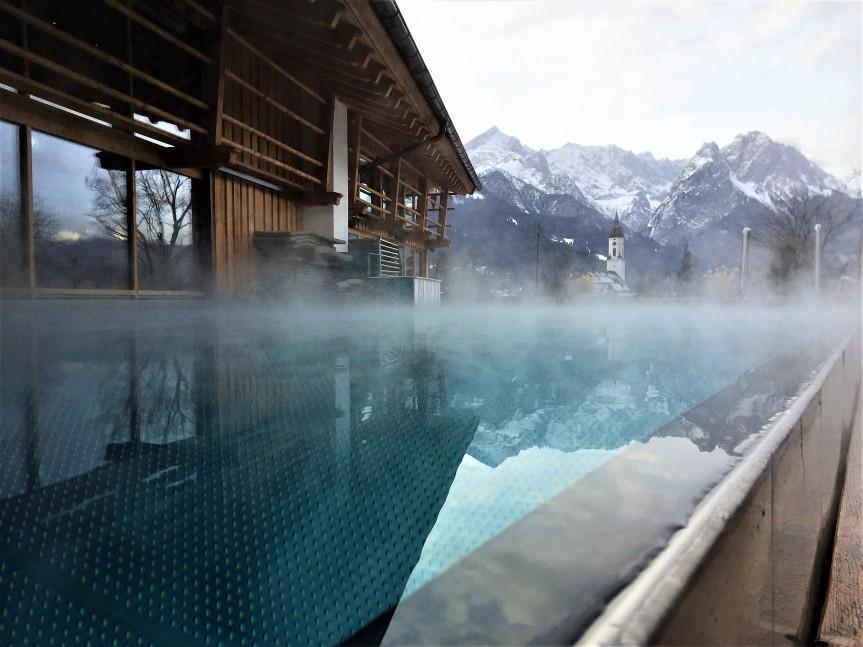 Infinity-Pool Werdenfelserei mit Blick auf die Zugspitze